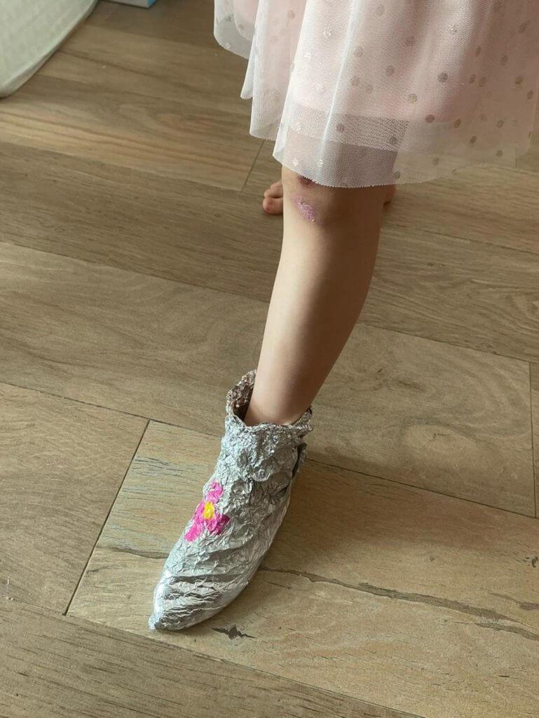 很有創意的Gianna,自製了這對鞋。