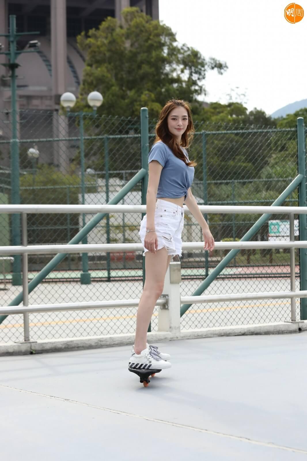 Celina出名高妹,擁有纖腰,玩蛇板令她可以大騷長腿。