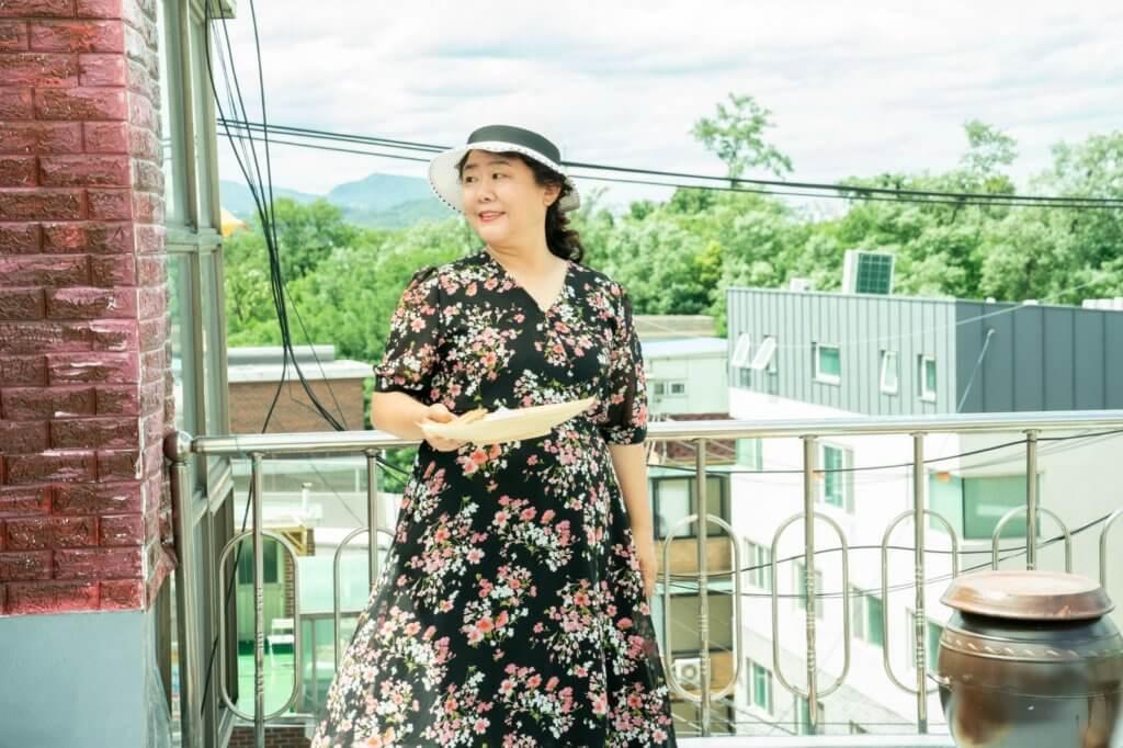 在《上流寄生族》飾演管家的李姃垠,今次飾演搞笑業主。