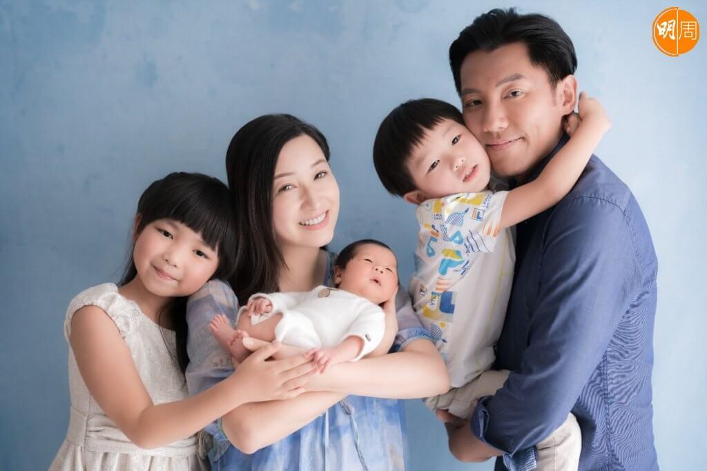 張頴康與太太麥雅緻,日前一家拍攝溫馨家庭照。