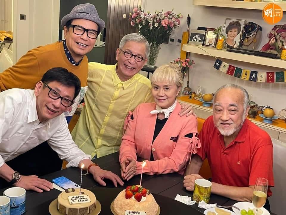連炎輝、賈思樂、盧海鵬為大姐明慶祝生日,有老公曾展章攬到實,大姐明笑得特別甜。