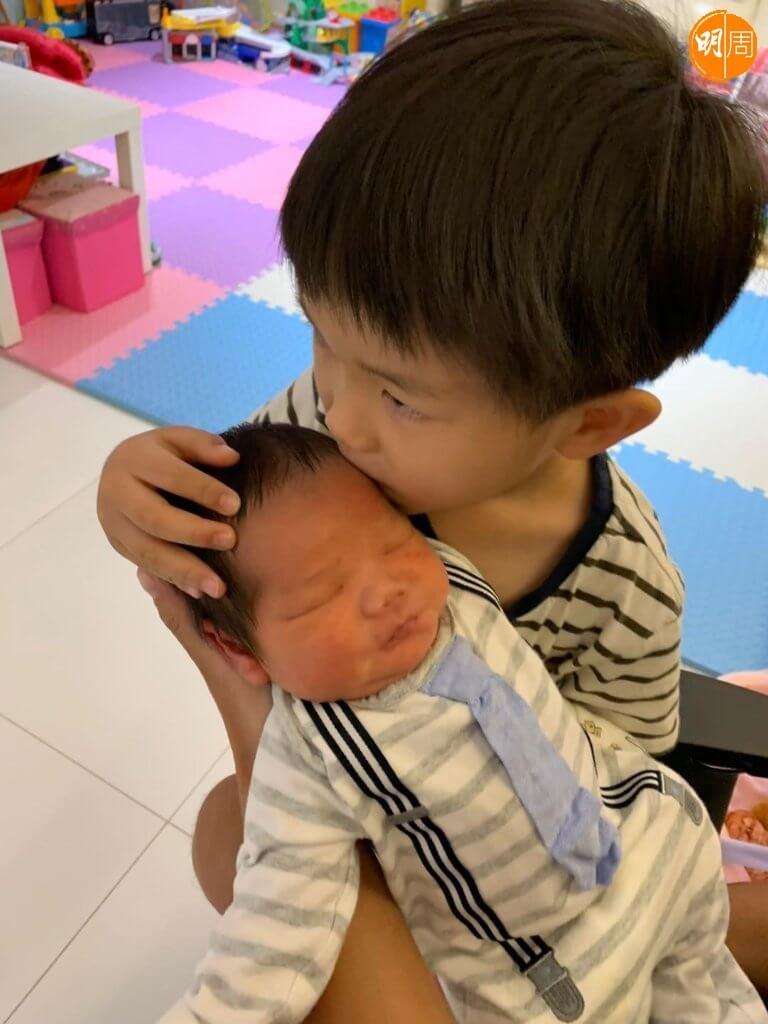 小花生很愛惜弟弟,會做媽媽的好幫手。