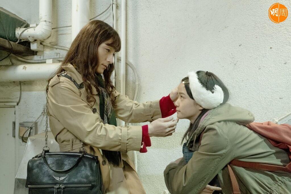 草彅剛與新人服部樹咲合演的在《午夜天鵝》,是關於兩代淪落人互相關懷扶持的勵志故事。