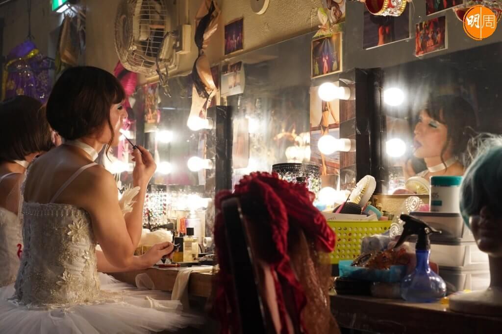 草彅剛在《午夜天鵝》中由言談、肢體動作以至步姿,均能呈現一位渴望成為女兒身的跨性別者。