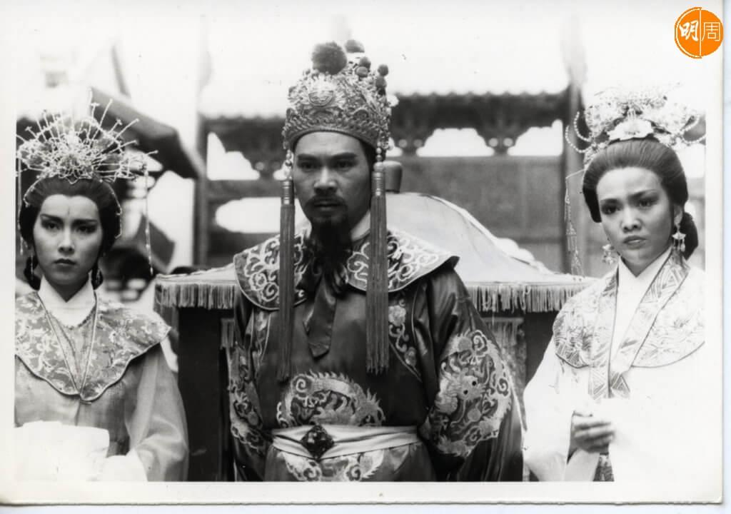 李龍基演皇帝,夾在兩大花旦鄭裕玲 (飾演鍾無艷) 和陳秀珠 (飾演夏迎春) 之間。