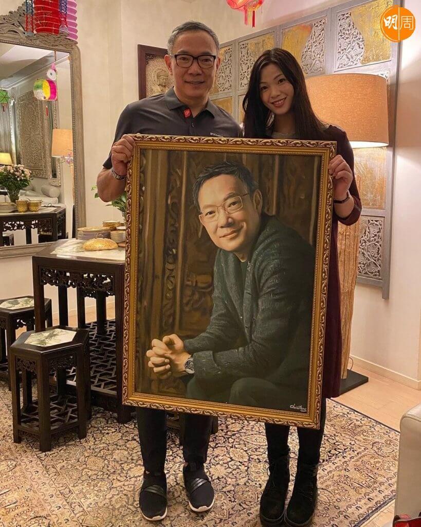 李龍基太太Chris替謝偉俊繪畫人像畫,獲封大利市。