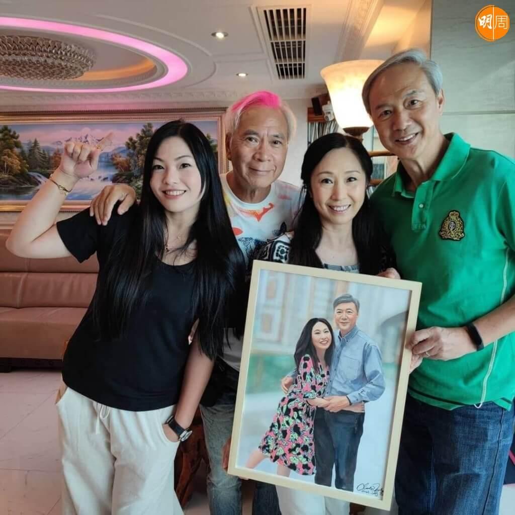 李龍基和Chris送畫給陳榮峻和吳香倫,兩對都是幸福夫婦。