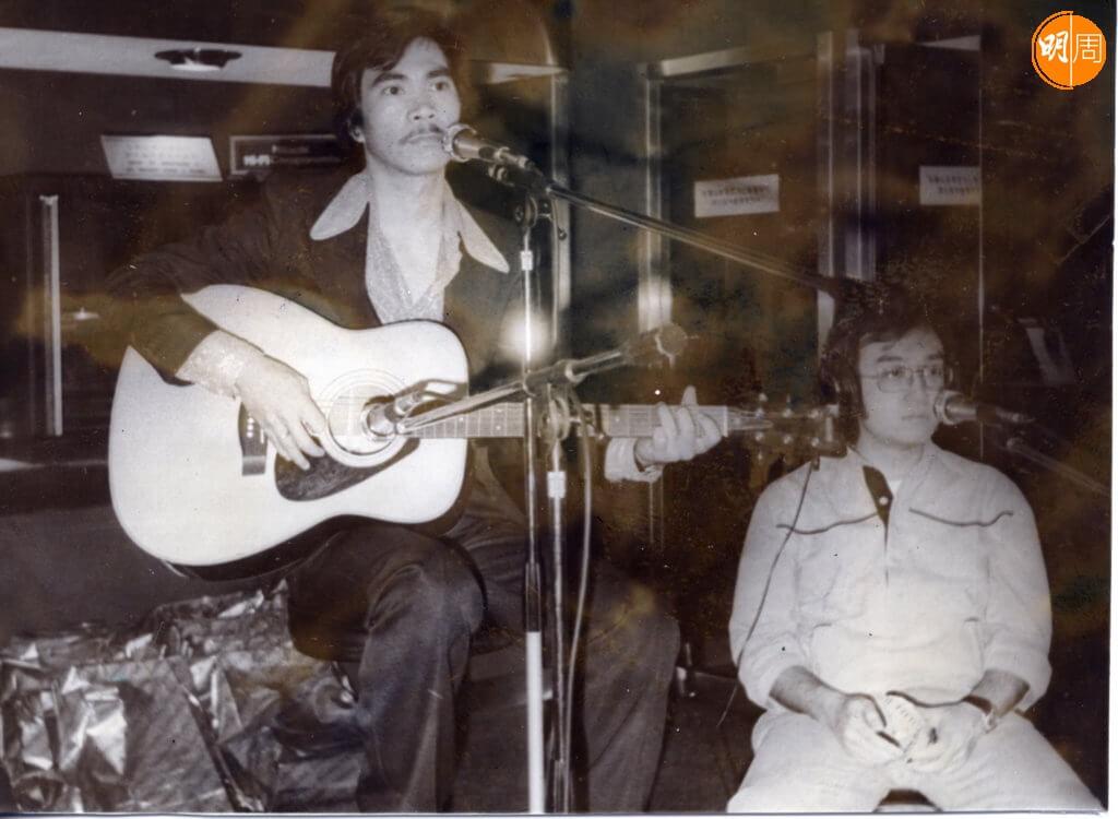 李龍基在餐廳酒廊自彈自唱,曾經紅到唱遍香港九龍新界。
