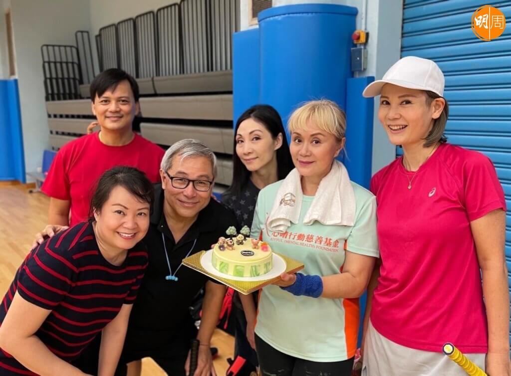 大姐明的羽毛球波友為她送上生日蛋糕