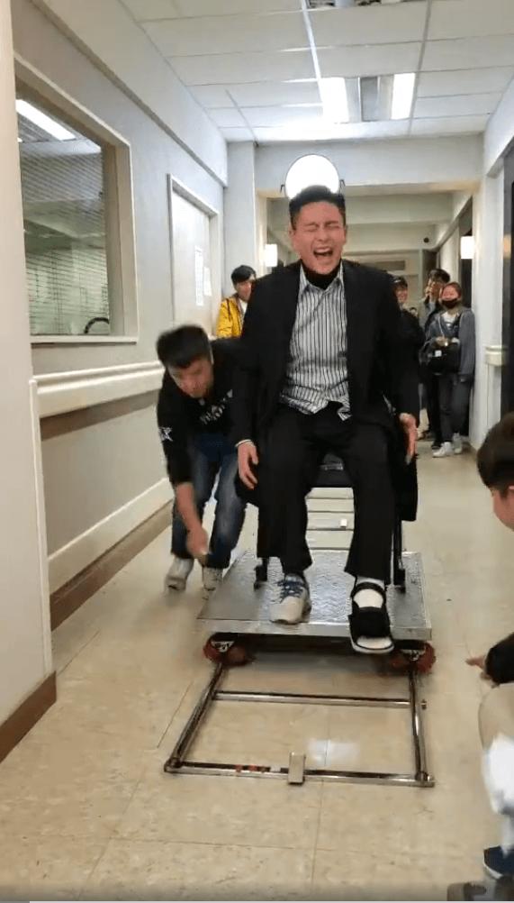 腳傷後馬上做手術,未康復就需要繼續趕拍,一些動作場面只好坐輪椅拍攝上半身。