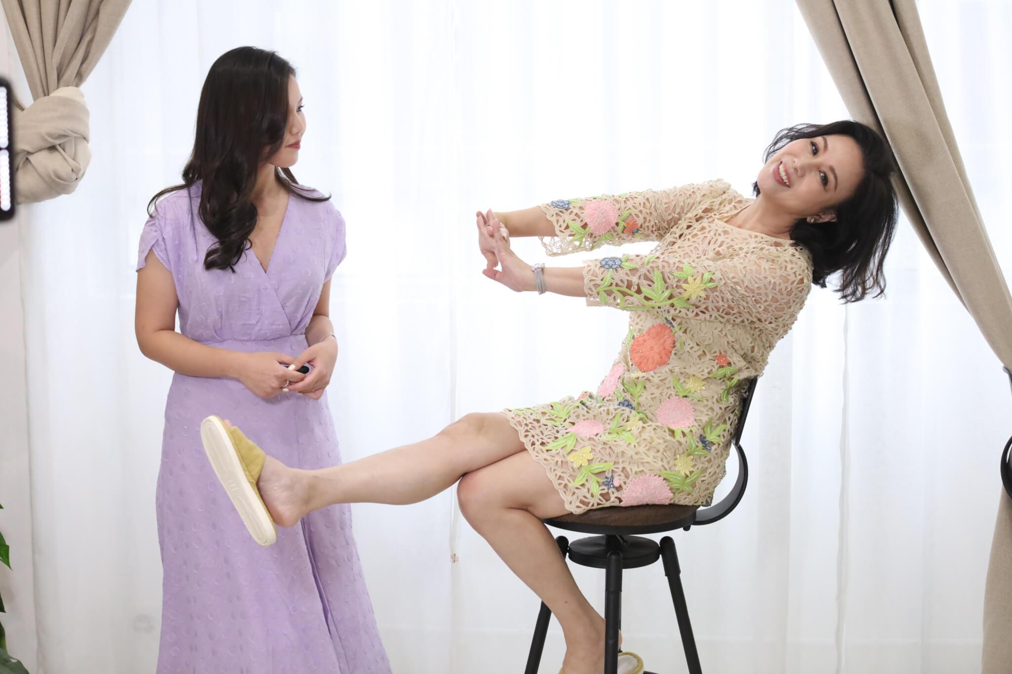 第一次為傳媒拍攝,Christy的確有點生硬,要母親文雪兒出手教她擺甫士。