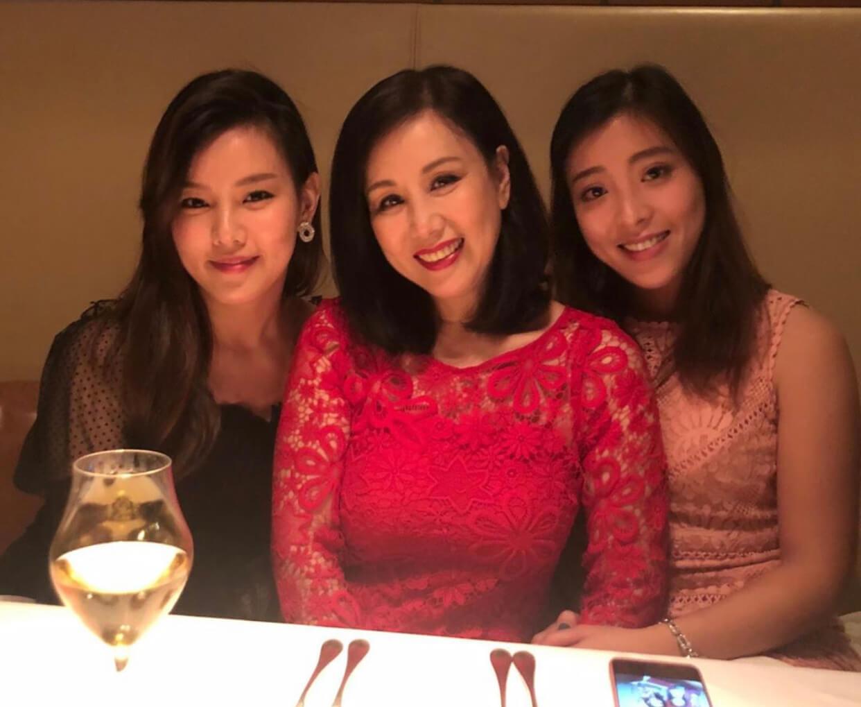 剛剛「登六」的文雪兒保養得宜,皮光肉滑,跟兩名女兒慶祝生日時合照,儼如三姊妹。