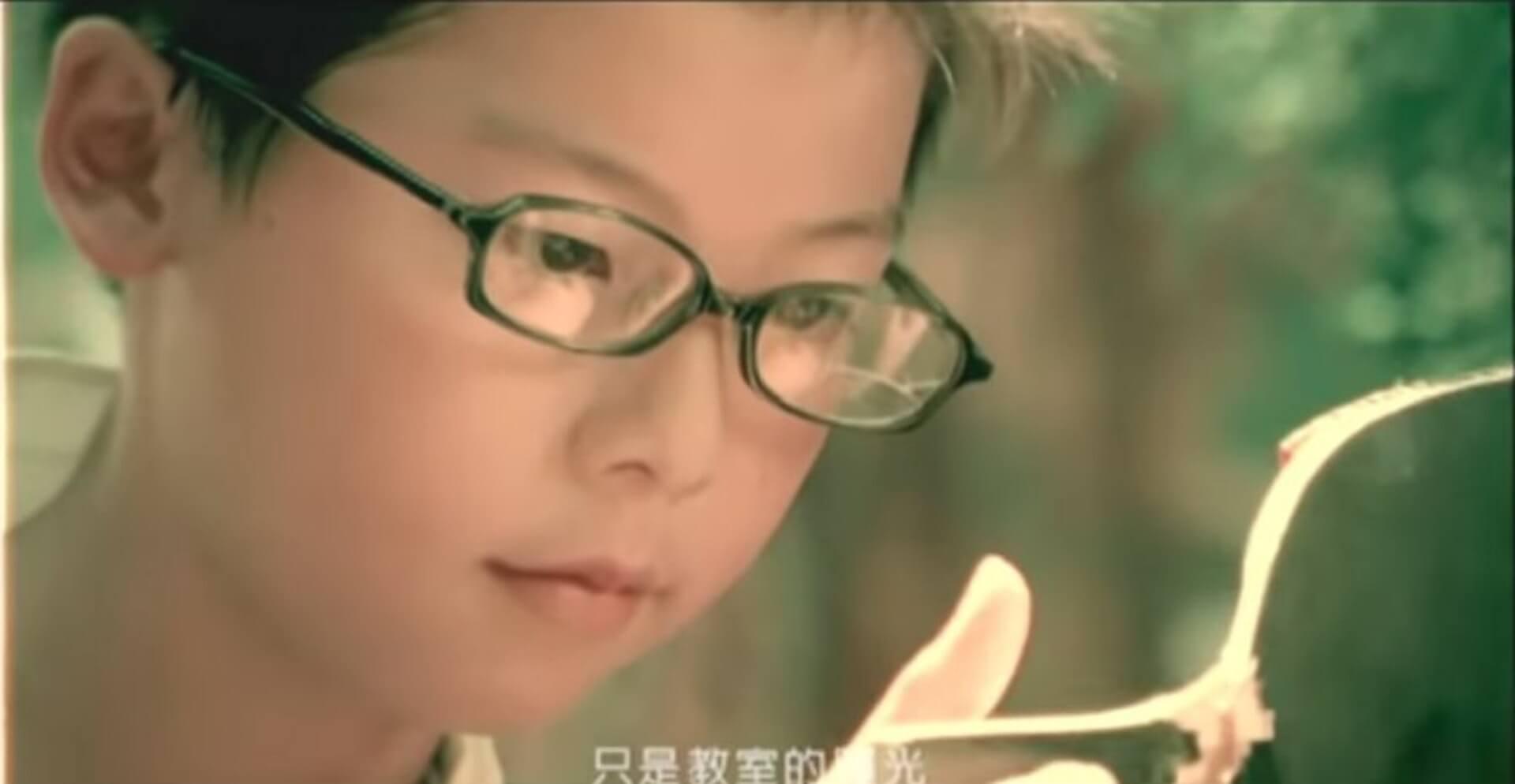 周杰倫《三年二班》MV裏打桌球的小男孩竟是許光漢。