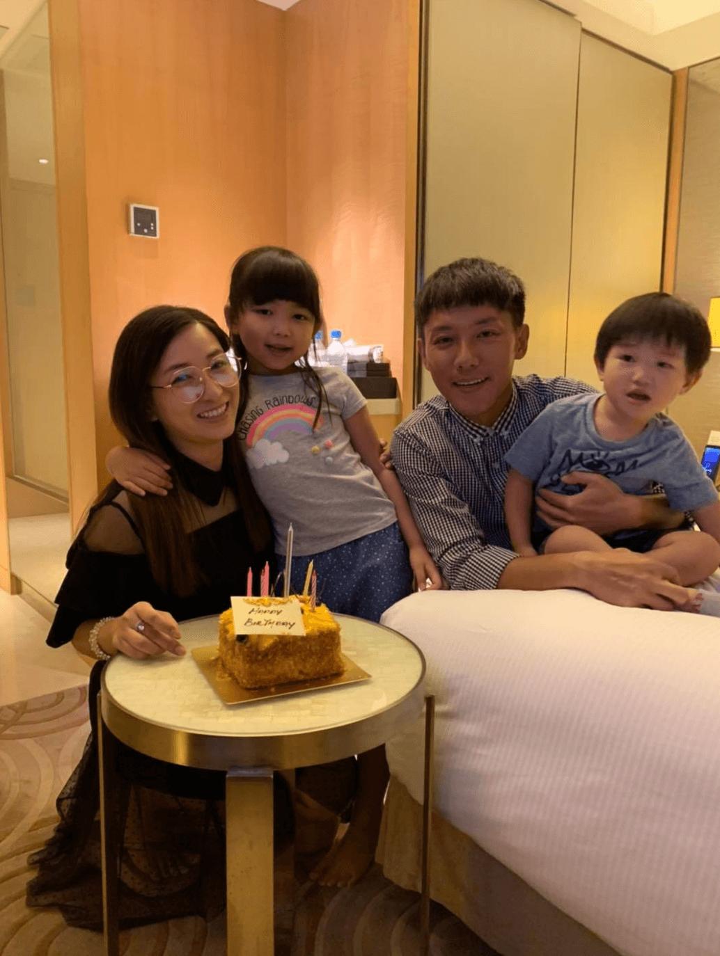 一家人食蛋糕慶祝