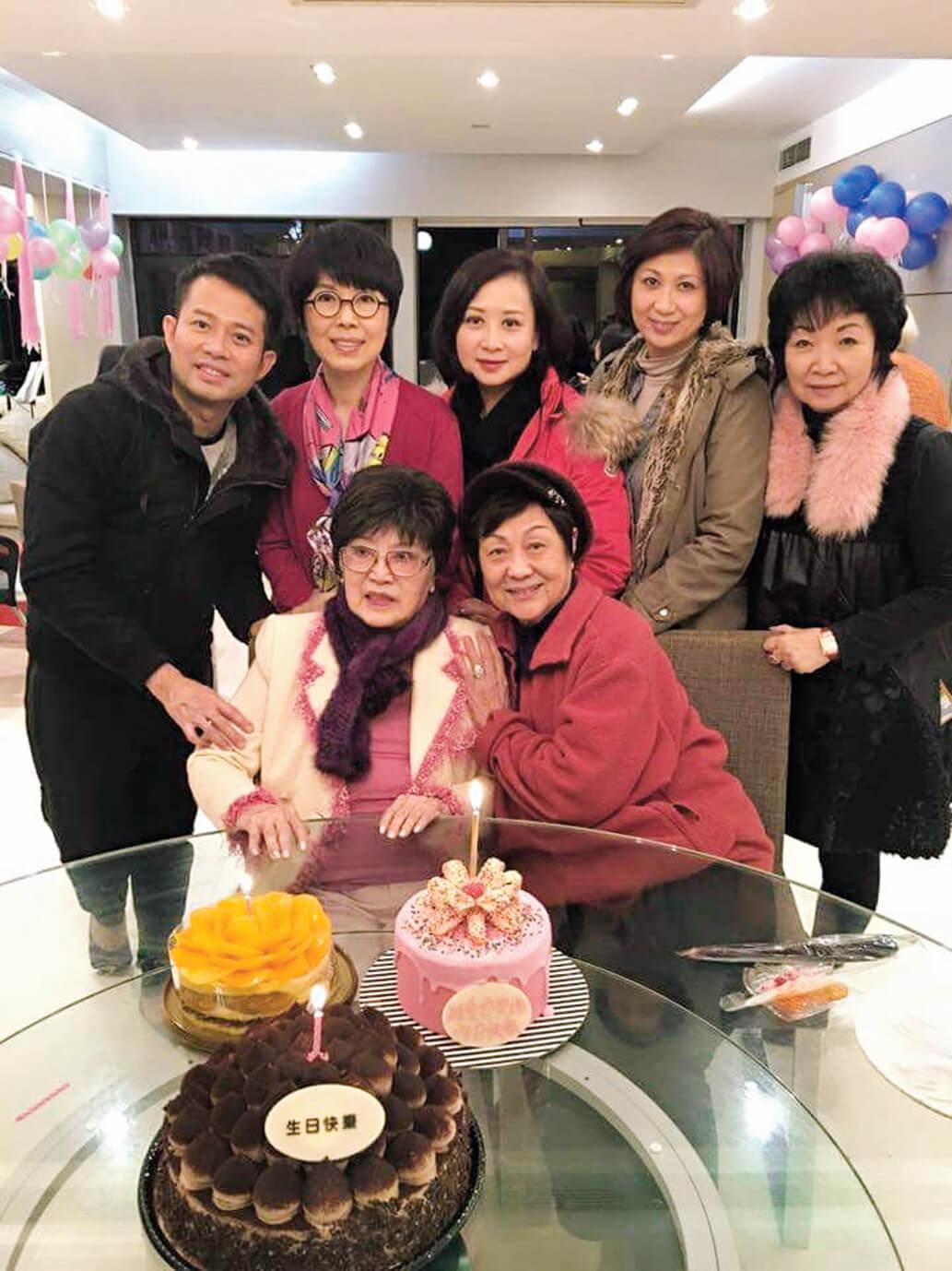 李香琴八十四歲生日,契女關菊英及其親友在家中為她開派對慶生,壽星精神不俗,打扮成迷人pink lady,儘管外面天寒地凍,家中暖意洋溢,感覺窩心。(圖片來源︰明報)