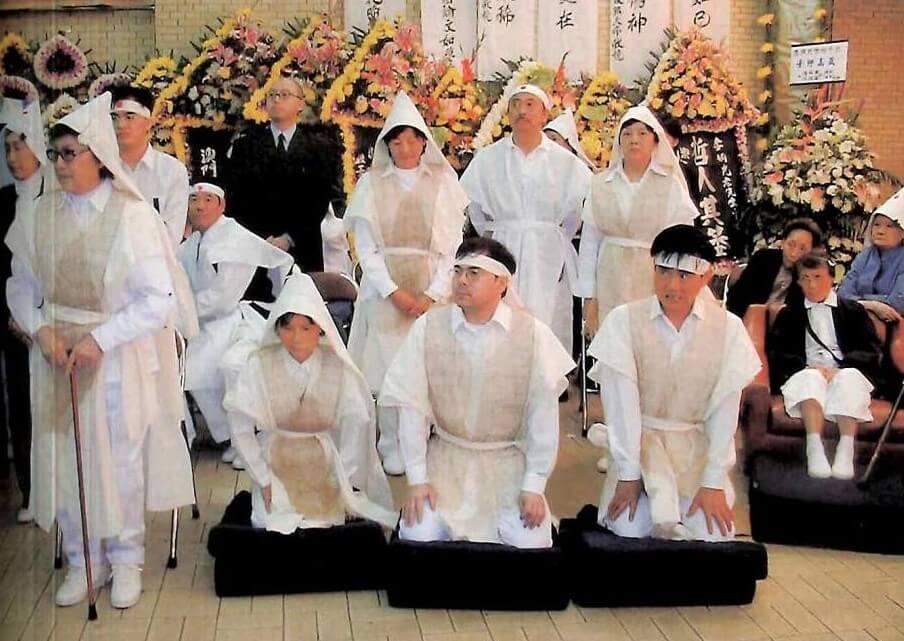 李香琴是家中長女,由於腳部剛做手術,所以要坐在椅上,而李樹佳則和兄長樹霖同跪地上,證明李家家人仍承認樹佳的身份。