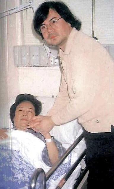 李香琴入院動手術,把膝蓋內斷裂的鋼絲取出,弟弟李樹佳往探病慰問,閒話家常的同時,一雙緊握的手證明姊弟仍然情深義重。