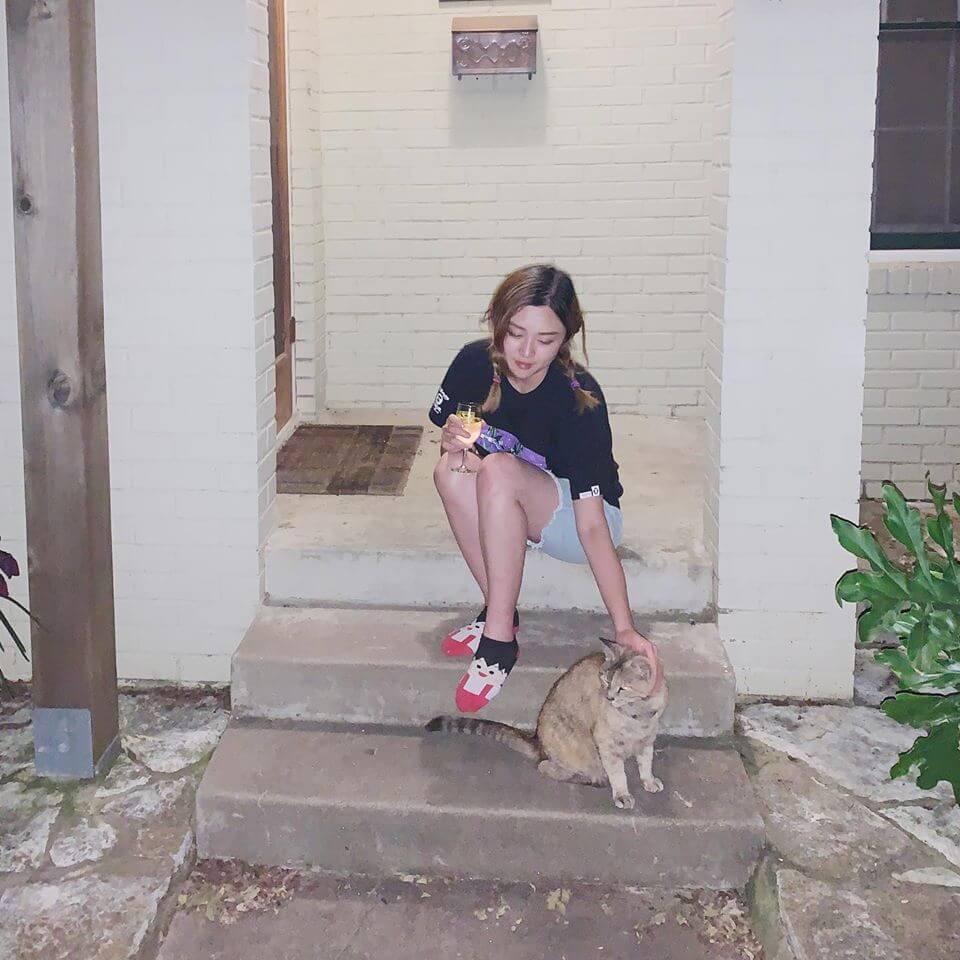 去美國之前錄了新碟最後一首歌《再再見》,但未做後期,Jocelyn只可以困在廁所錄和音。