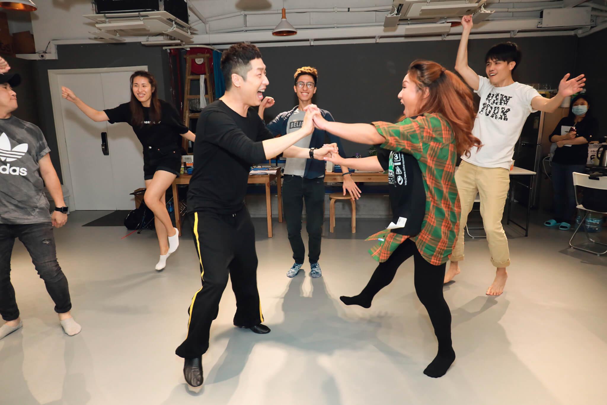 小恩子和馬仔在戲中歌舞連場,二人跳舞時甚有默契。