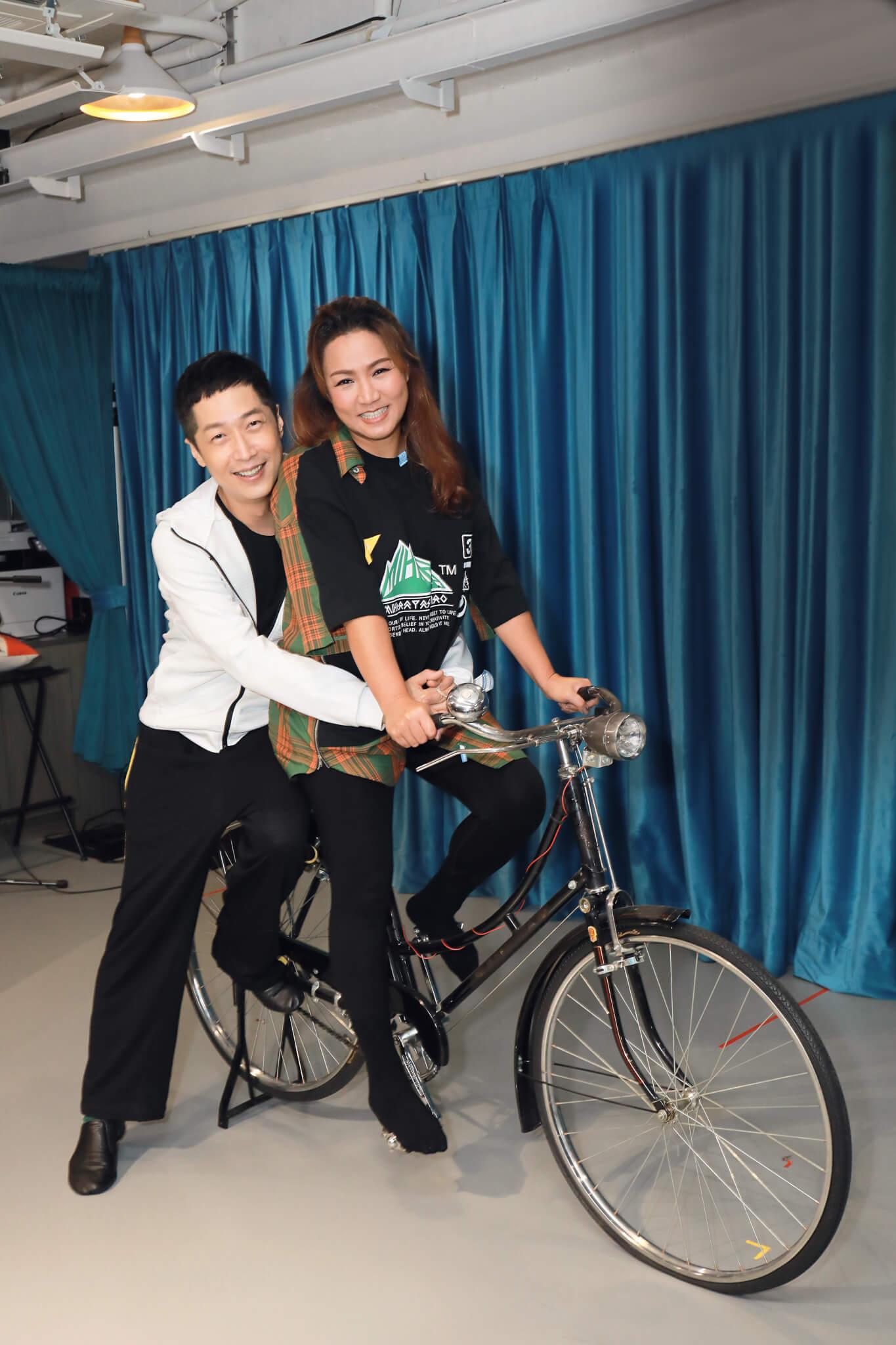小恩子和馬仔會踩單車重演《甜蜜蜜》的一幕
