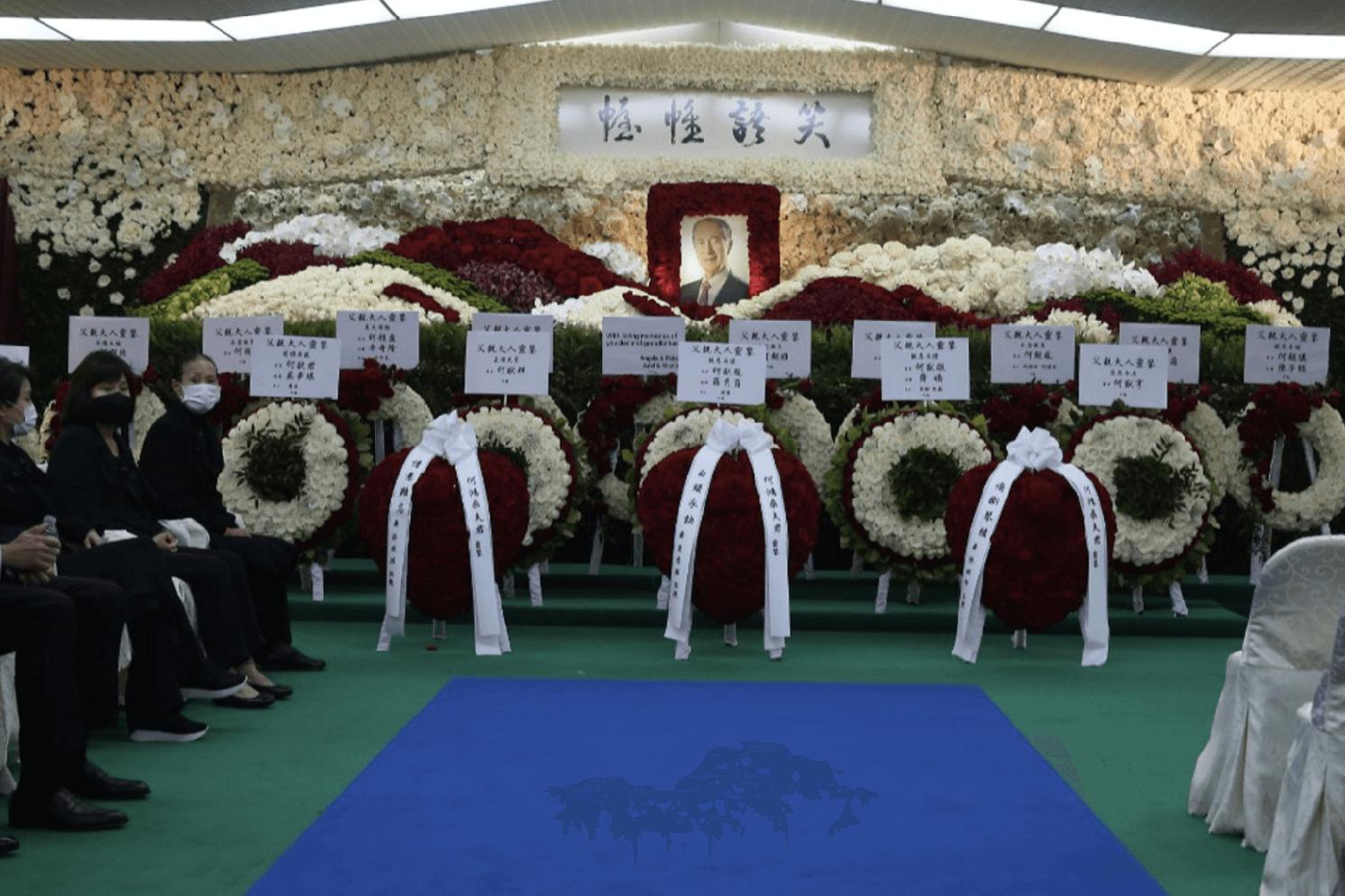靈堂正中前擺放何鴻燊博士家人送上的花圈,以表對何博士的不捨之情。