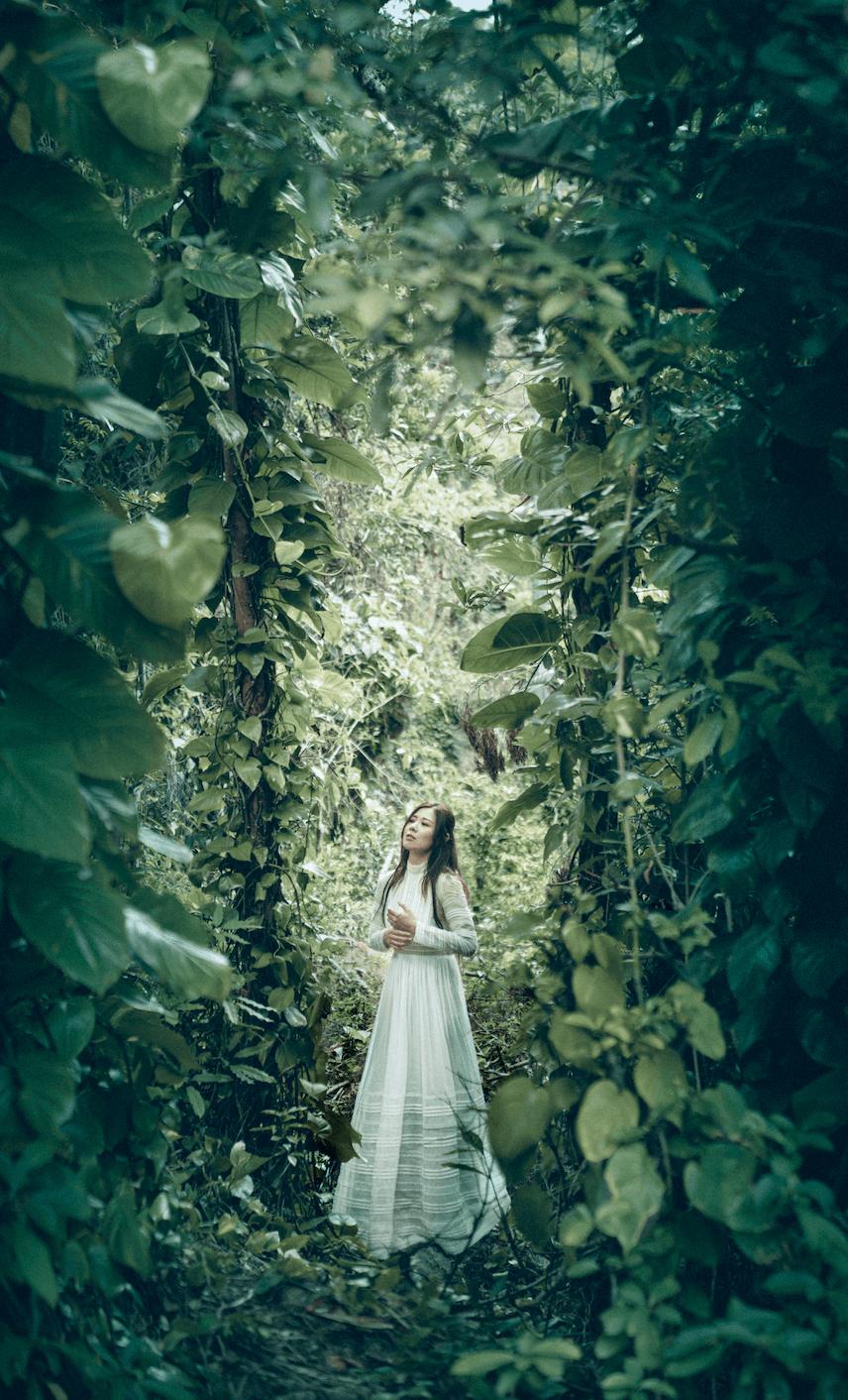 Robynn帶着腹中BB遠入森林拍MV。