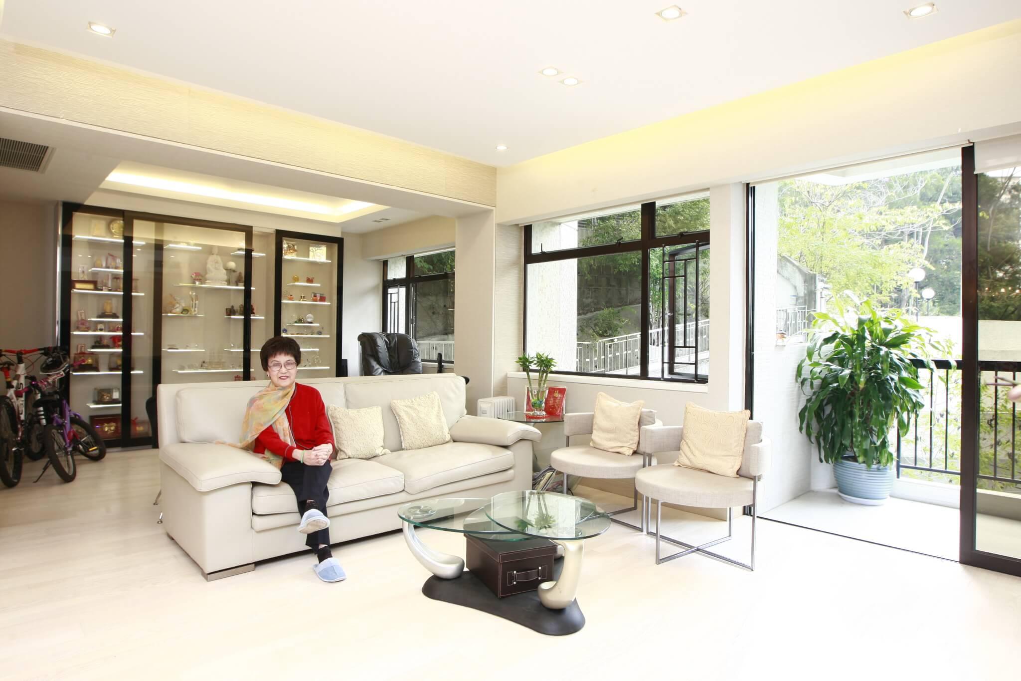 李香琴悠閒地坐在沙發上拍照,看過相片效果還笑說:「影到我間屋好像很大呢!」