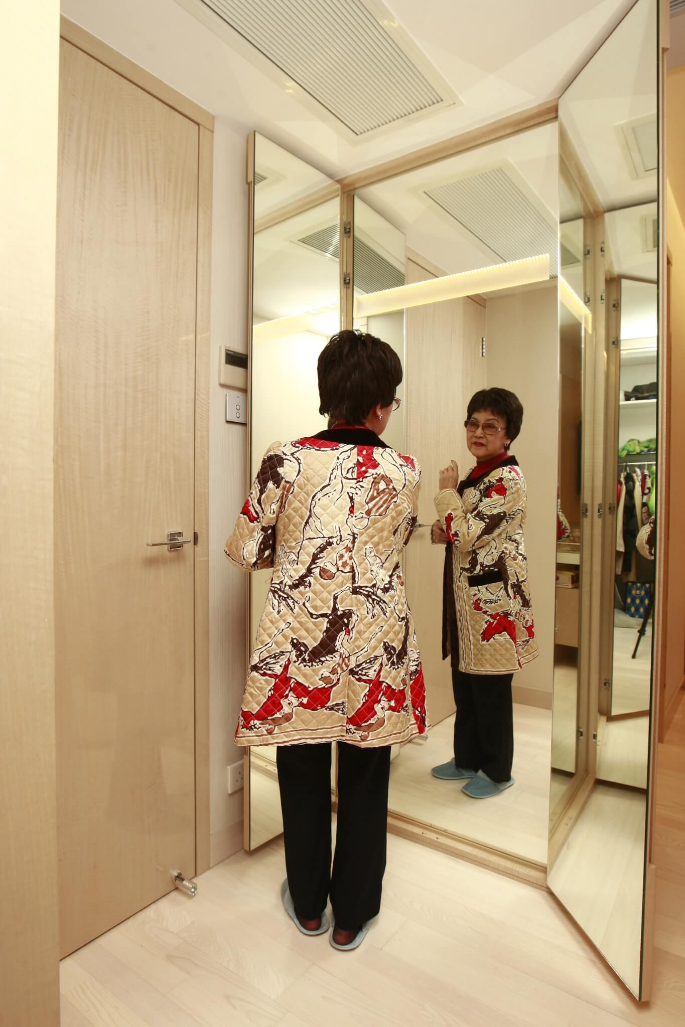 裝修師傅在門的旁邊裝了三面全身鏡,不用時可以把門關上,變回一道牆。