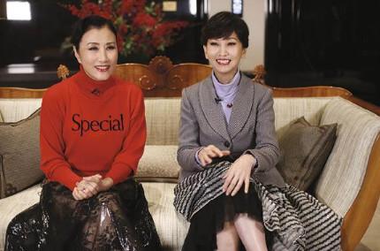 汪明荃與趙雅芝為《明周》五十周年拍攝特刊封面,開心共聚。