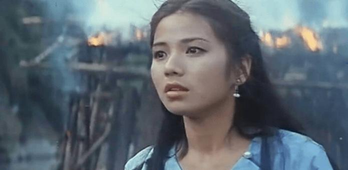 20歲的鍾楚紅1980年參演杜琪峯執導的電影《碧水寒山奪命金》嶄露頭角。