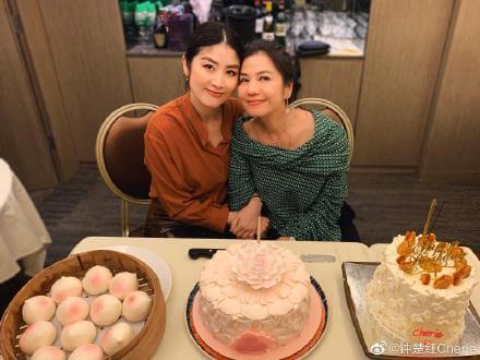 鍾楚紅今年60歲生日與陳慧琳合照。