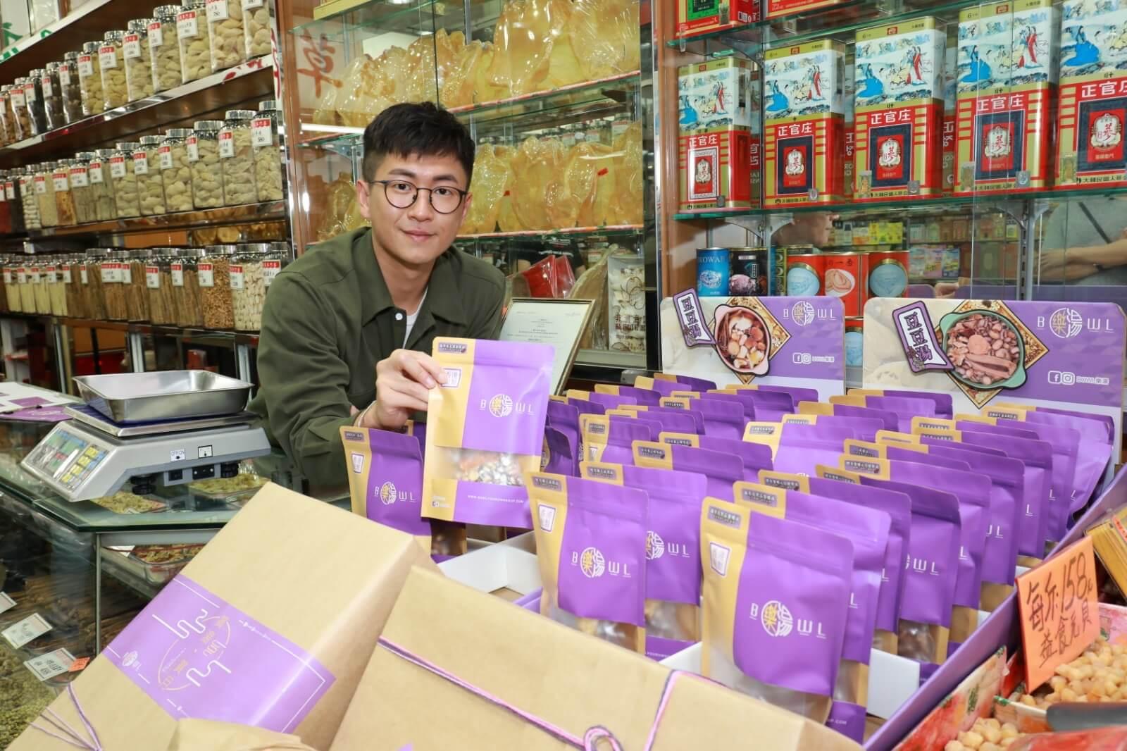 馬貫東落海味舖親自揀料,雖然是懶人湯包,但他堅持要用料新鮮,客人落單才會包裝送出。