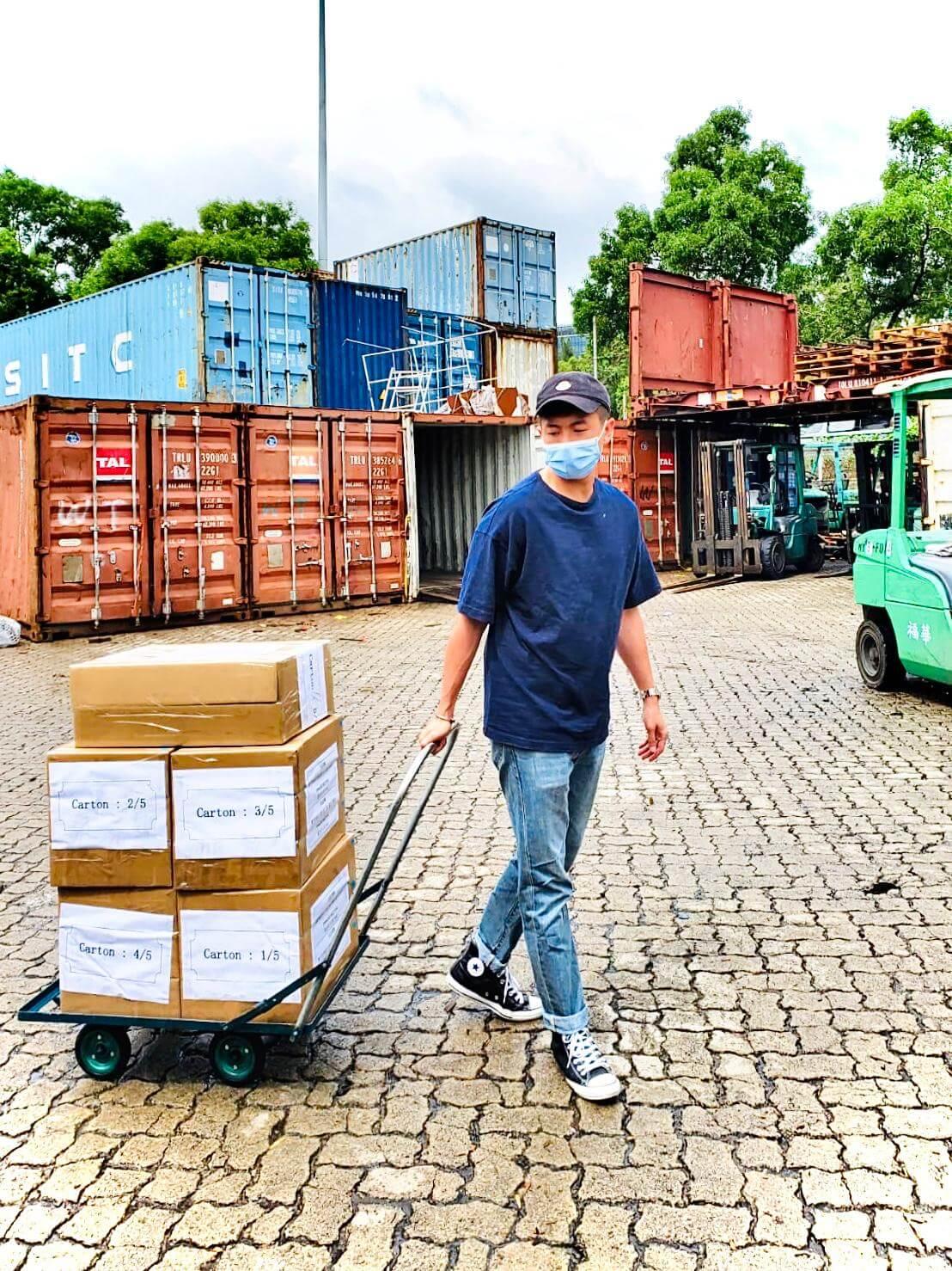 本周三,馬貫東親自把貨運到碼頭再送往澳門。