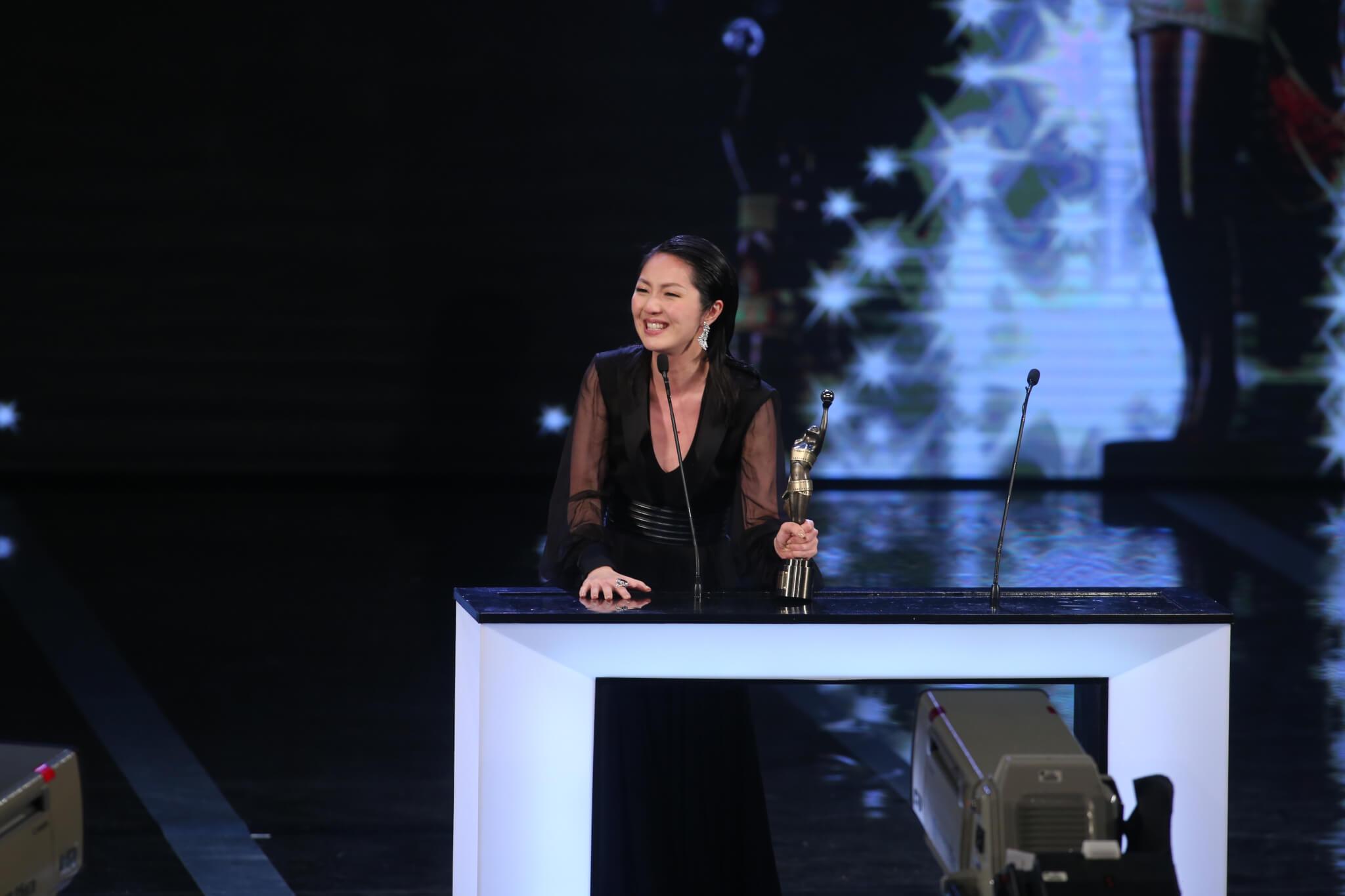 憑《春嬌與志明》首奪影后,千嬅忍痛上台領獎。