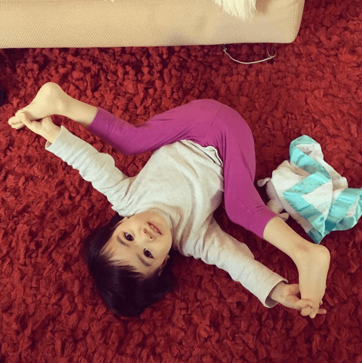 外甥女Aven的筋骨也十分柔軟呢!