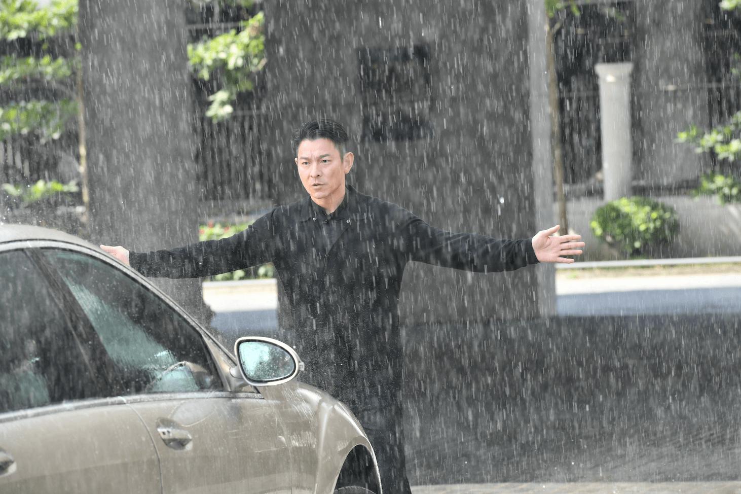 華仔冒雨擋車