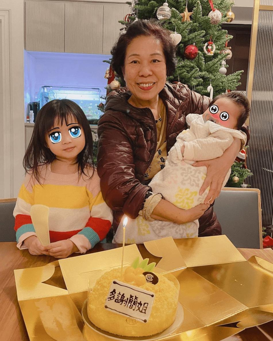 吳若希:「同大家隆重介紹,中間那個就是我的陪月簡姐,左一是我女兒,是簡姐帶大的,乖的程度完全是我親生的!右一是我兒子,也是簡姐帶大的,但我懷疑他是簡姐親生的,只有簡姐湊得佢掂。」