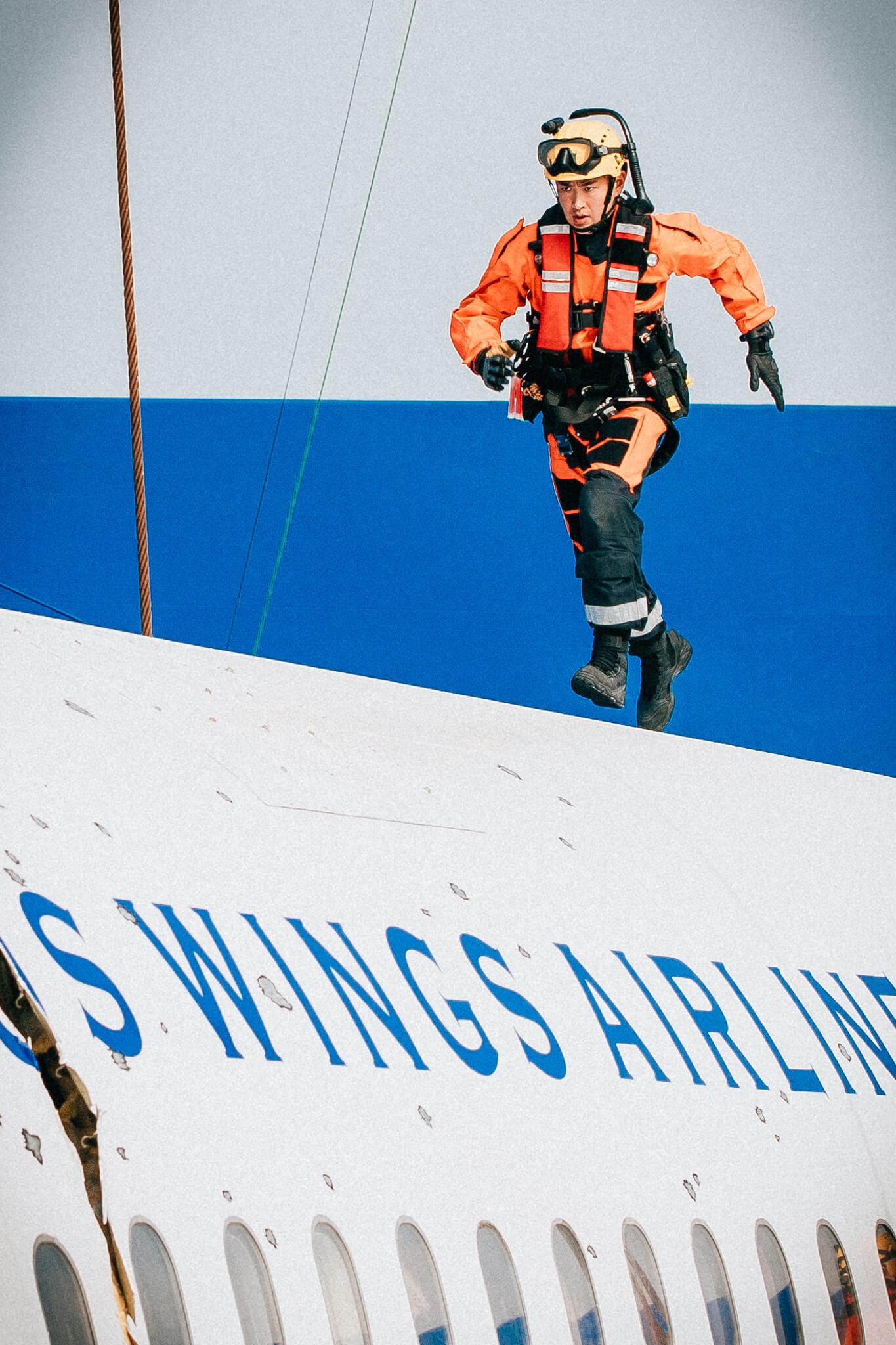 王彥霖奮力在機頭進行救援工作