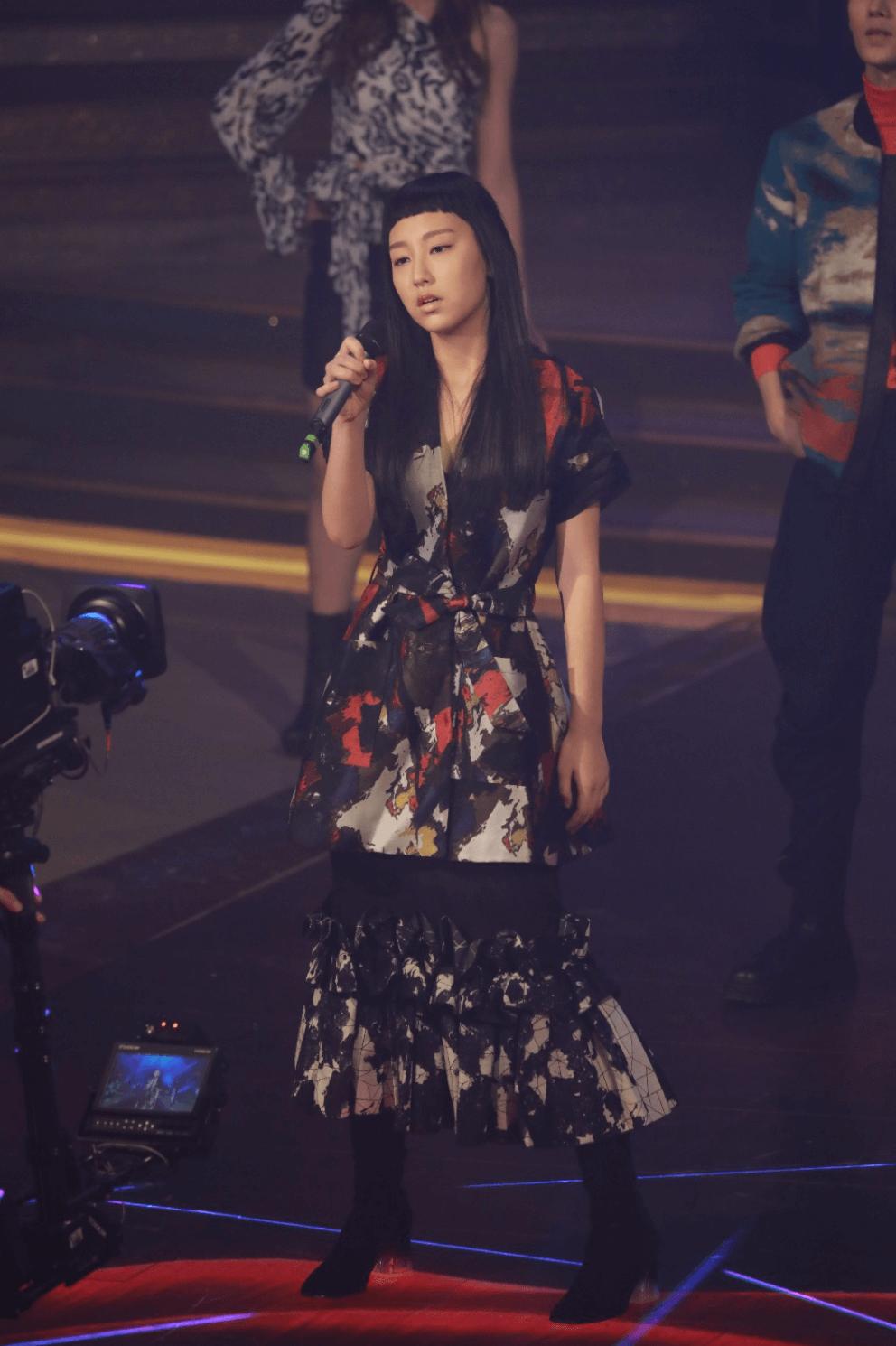 《聲夢傳奇》十五位參賽者有份在去年台慶當晚表演,炎明熹是壓軸出場的那一個,表現及歌藝都非常出眾,令人難忘。