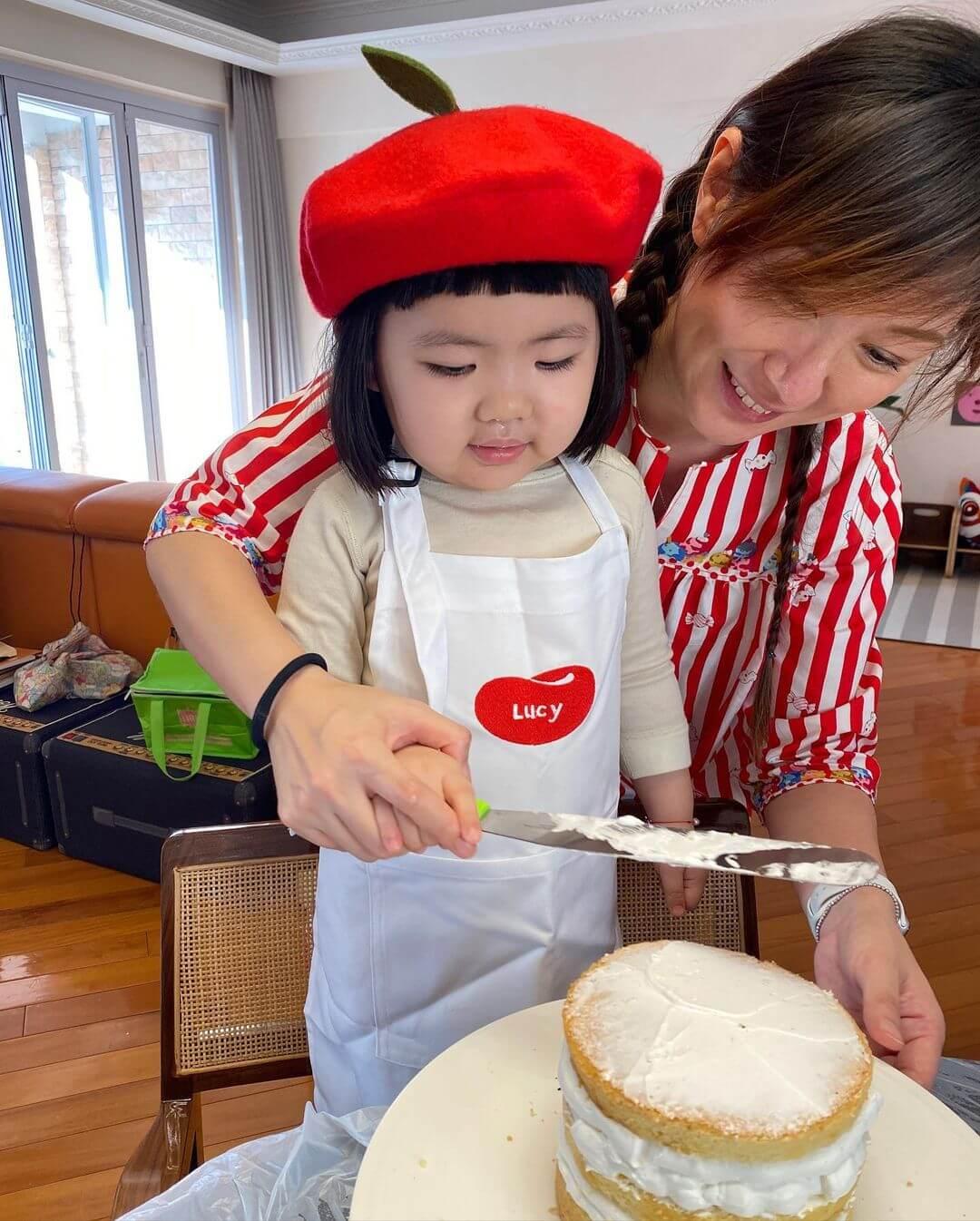 在姨姨的協助下整蛋糕