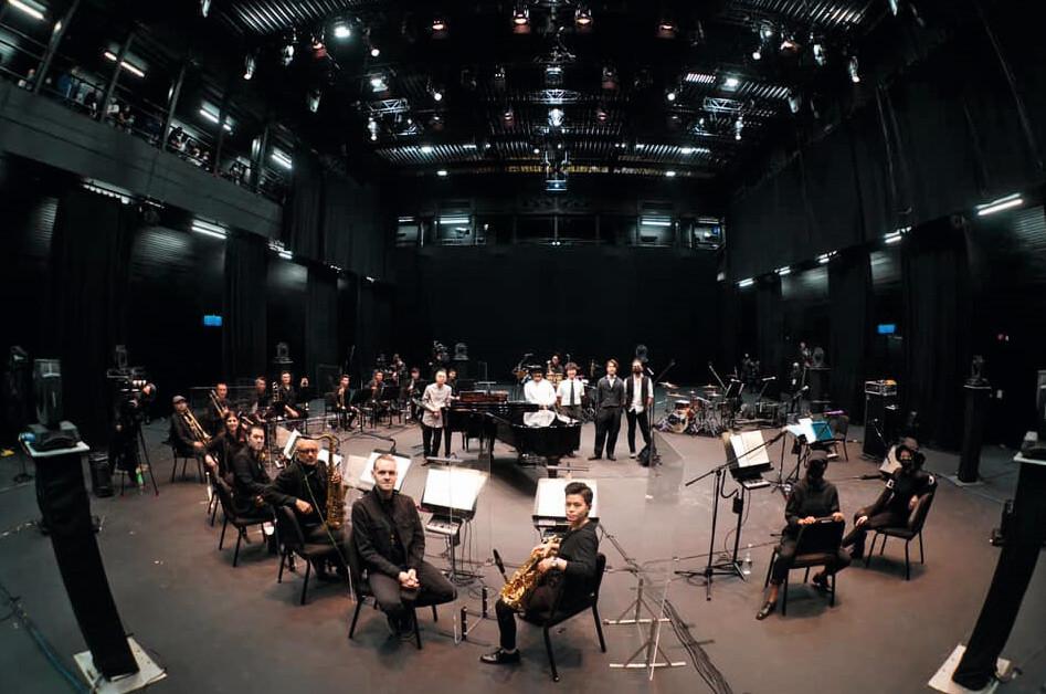去年的線上音樂會,RubberBand找來音樂人Patrick Lui、十三位管樂手、兩位和音,以及一位敲擊樂手共同演出,他們亦預告在紅館將會與爵士大樂團再次合作。