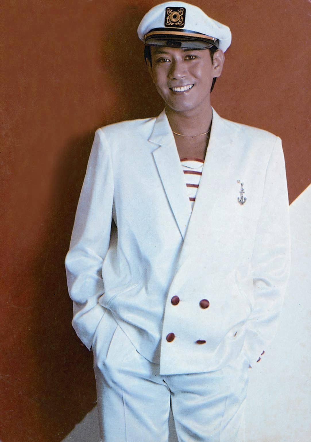 羅文當年從日本學藝歸來,最先把澤田研二的中性打扮帶回香港,這個脂粉味稍減的水手裝,也帶着澤田研二的影子,因為水手裝可說是當時澤田研二的標誌。