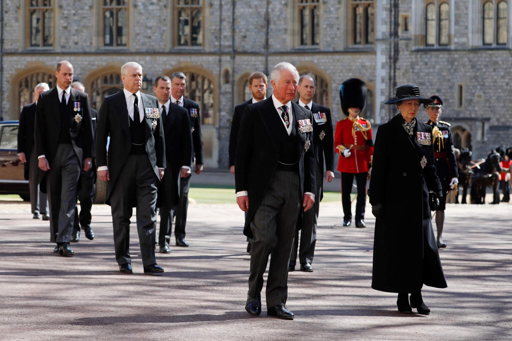 靈柩的人士分別是王儲查理斯、安德魯王子、愛德華王子、安妮公主、威廉王子及哈里王子等