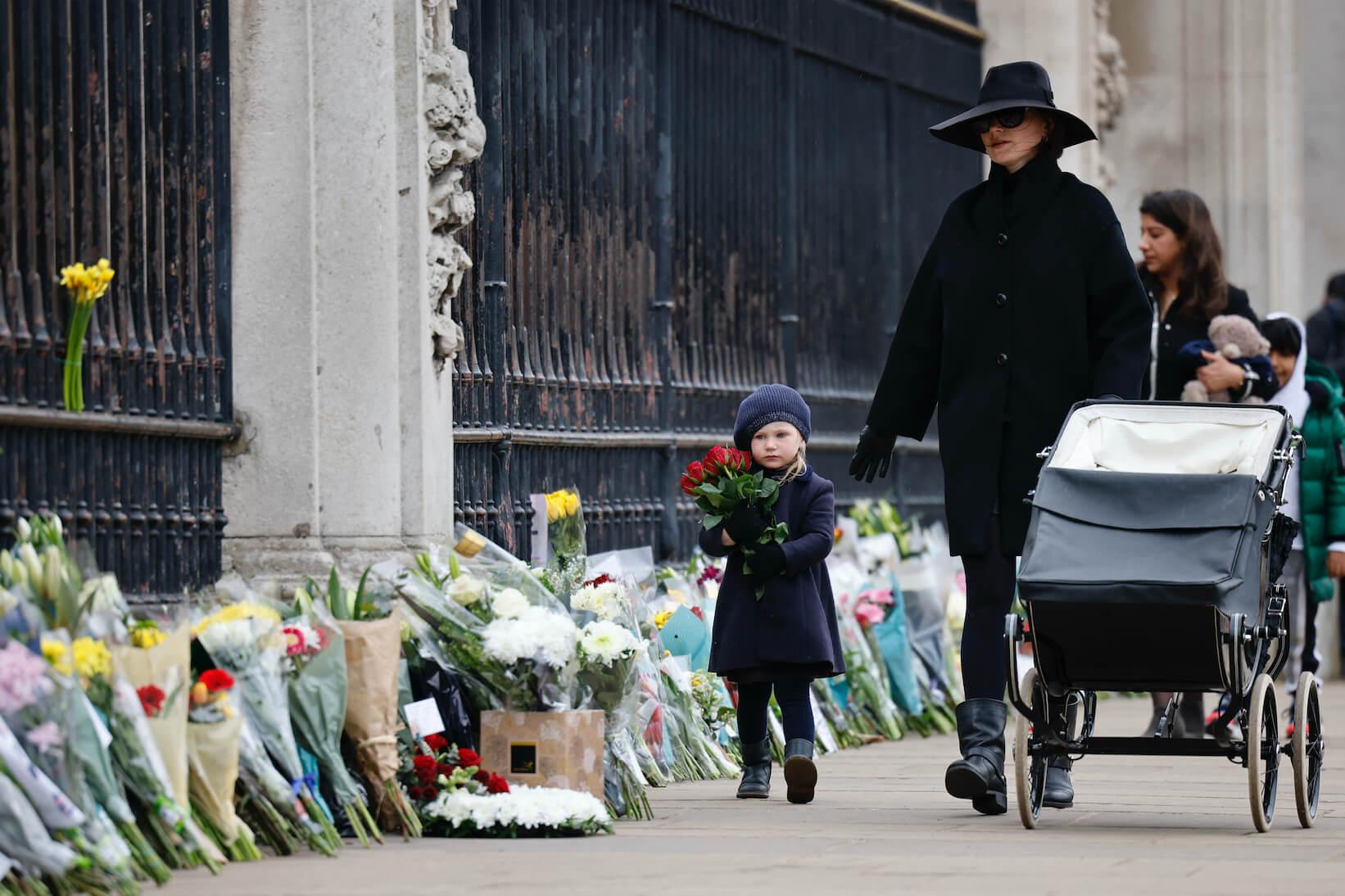 菲臘親王逝世後,大量民眾隨即前往白金漢宮門外放置鮮花悼念