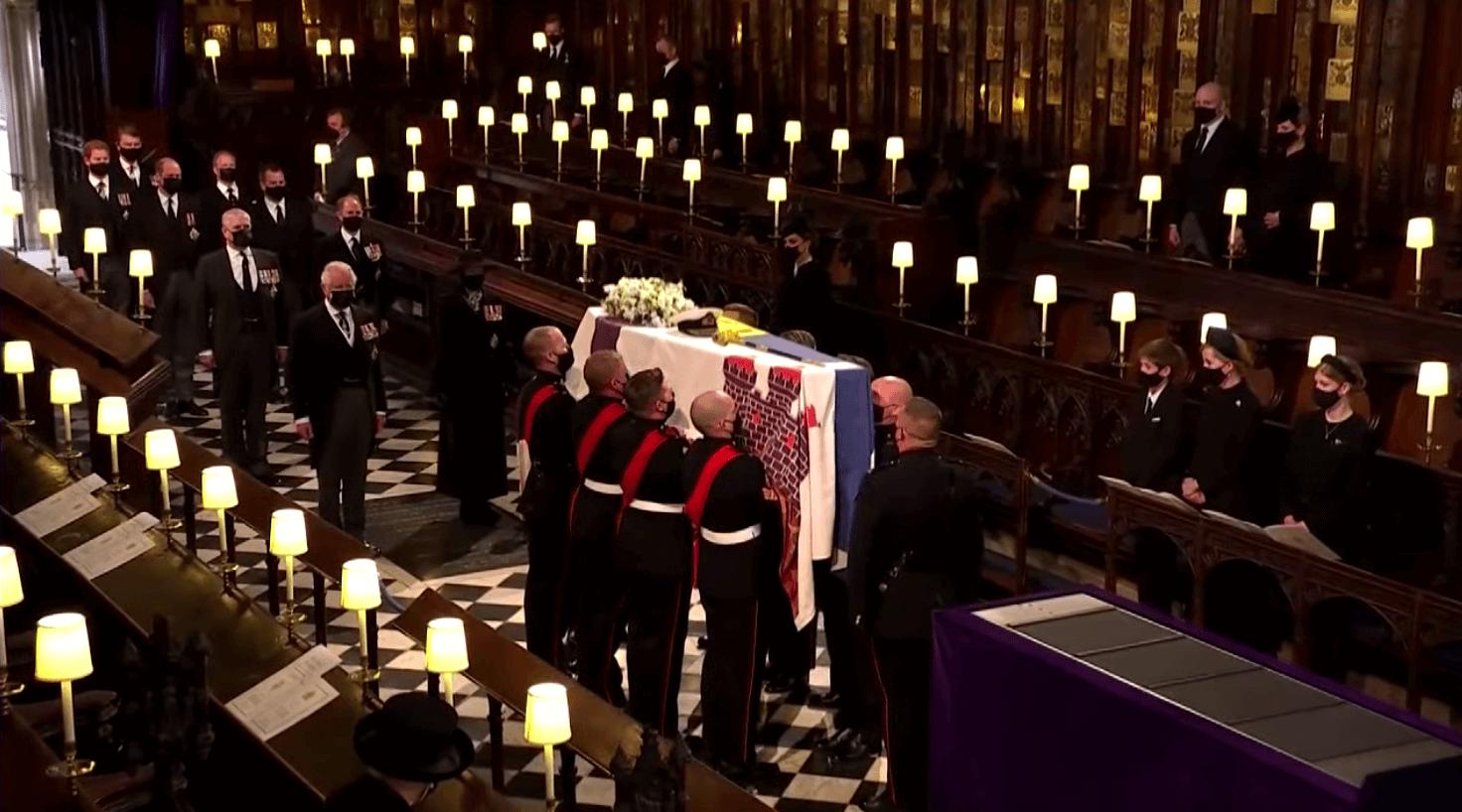 22:02靈柩移送至教堂內,葬禮儀式即將正式開始。英國全國默哀一分鐘。