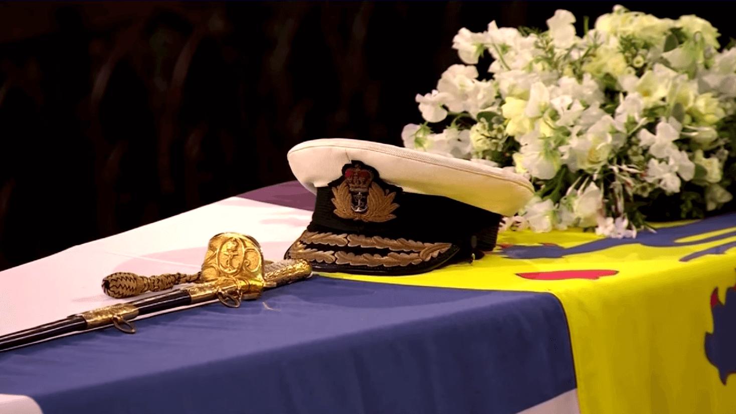 菲臘親王靈柩上放了他的海軍帽及佩劍