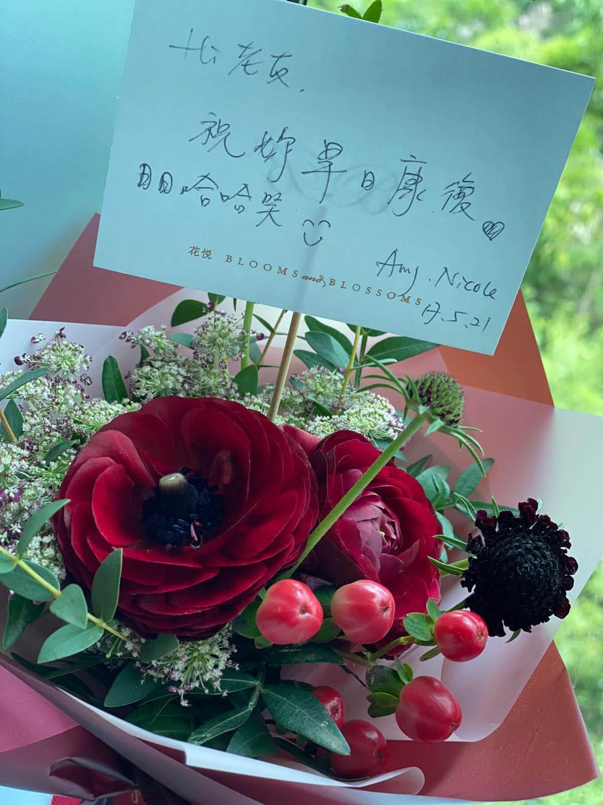 Vivian收到老友送的花,她又祝福大家身體健康、開心快樂