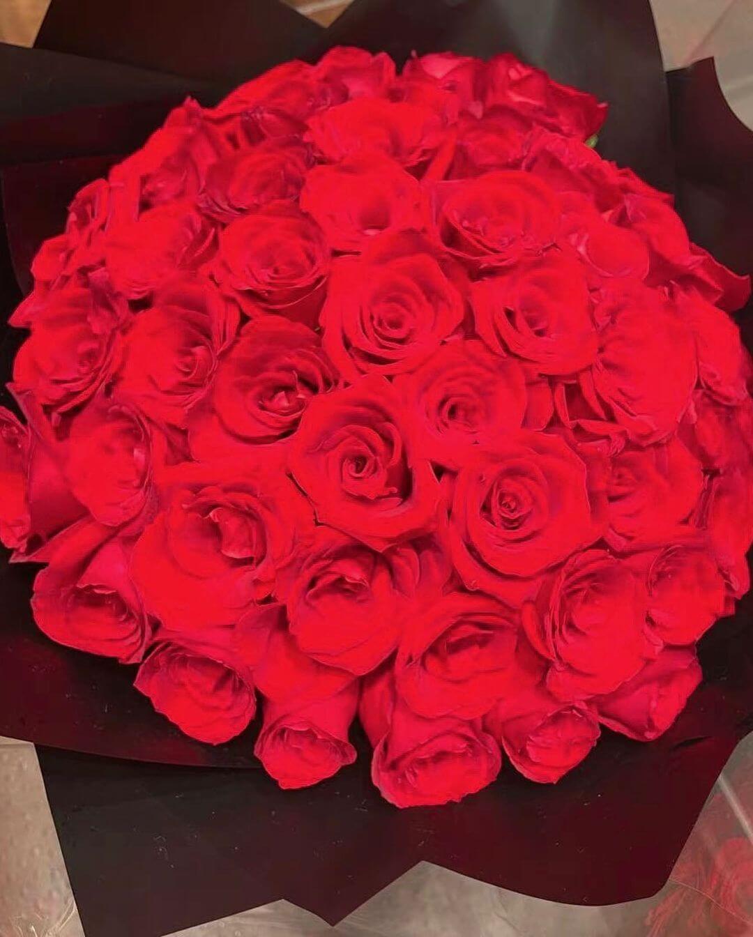 城城送上一大束玫瑰花予愛妻