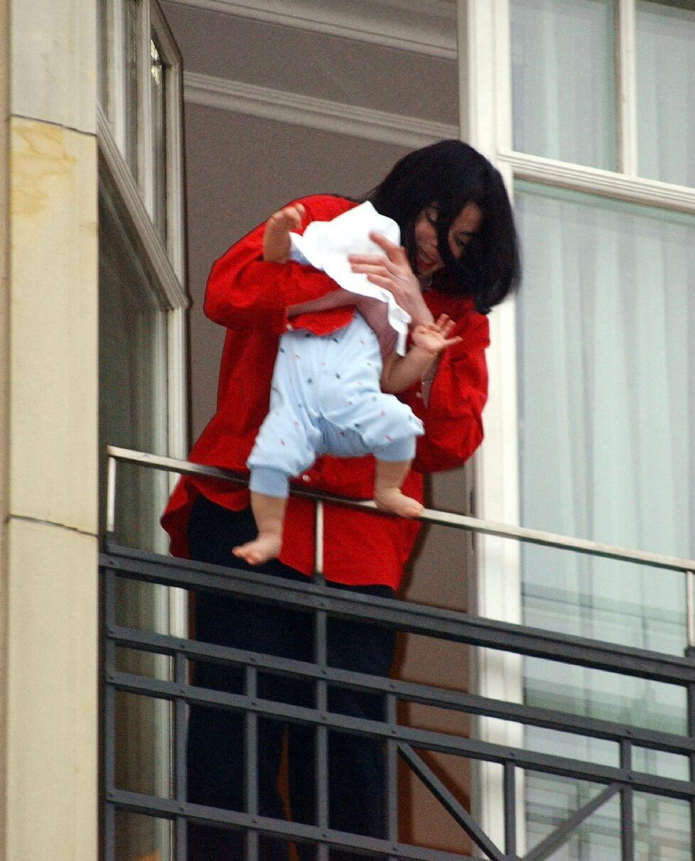 2002年米高積遜找了代母生下幼子Prince Michael Jackson Jr 圖片來源:法新社