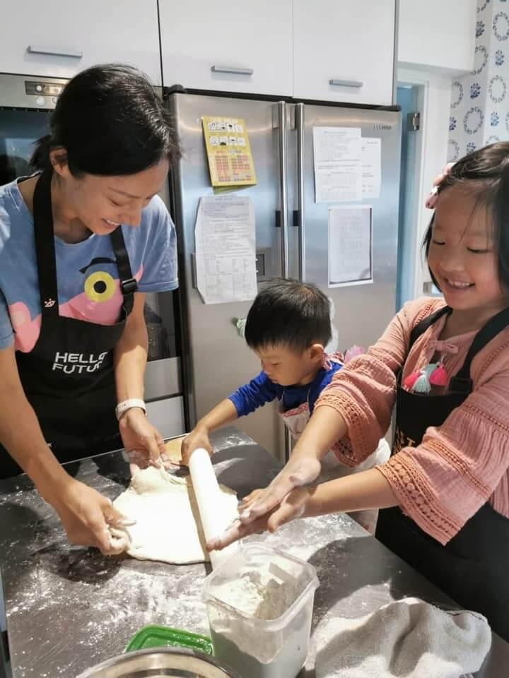 蔣怡跟子女會一起下廚,提升孩子自信心及自理能力,以及增加親子之間的互動。
